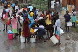 Haitians line up to collect water