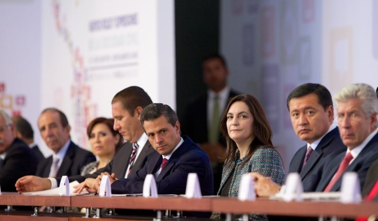 Enrique Peña Nieto, President of Mexico, in the middle, with Luisa Mariana Pulido (Venezuela), president of the board of the Iberoamerican Meetings, on his left and is the governor of Puebla on his right. Further right is Cemefi founder Manuel Arango.