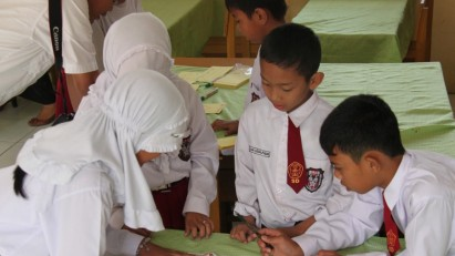 Schoolchildren in Aceh work on a risk map as part of community awareness plans to reduce disasters. Credit UNDP